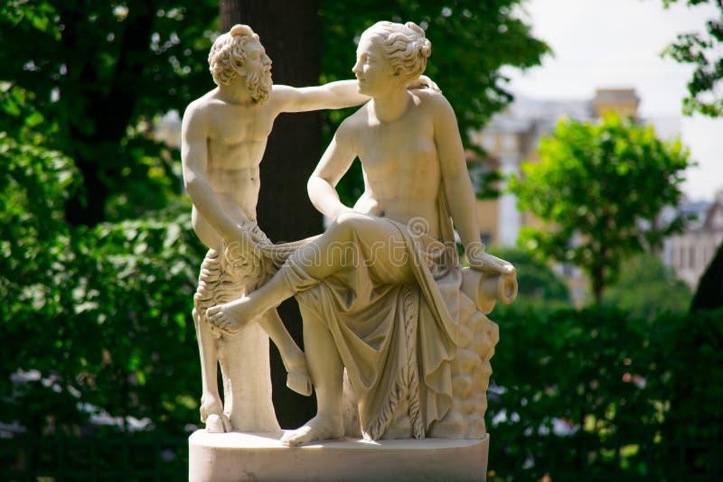色情狂者和女祭雕象  库存照片