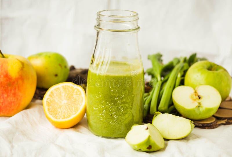 绿色戒毒所汁液用苹果、无头甘蓝、柠檬和芹菜 免版税库存照片