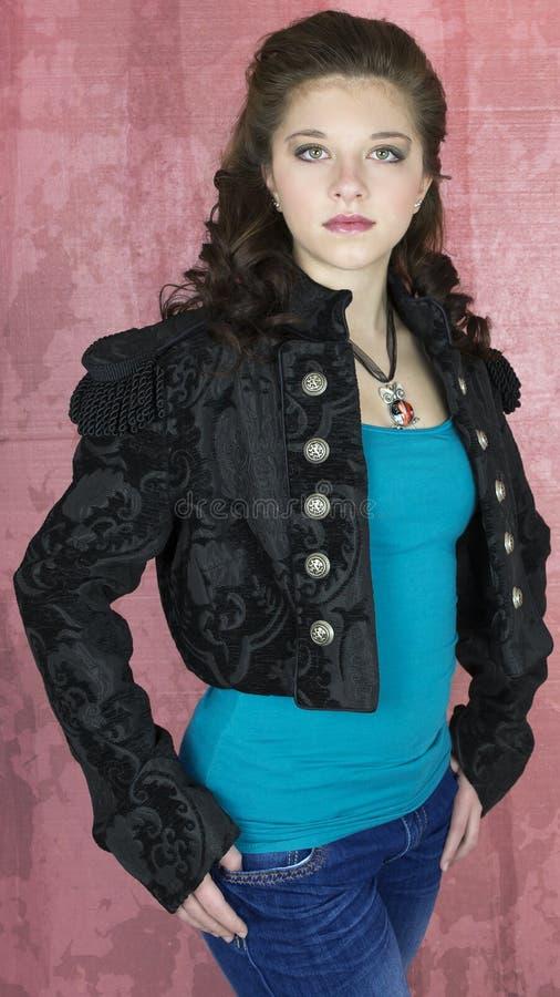 黑色播种的夹克的十几岁的女孩 库存照片