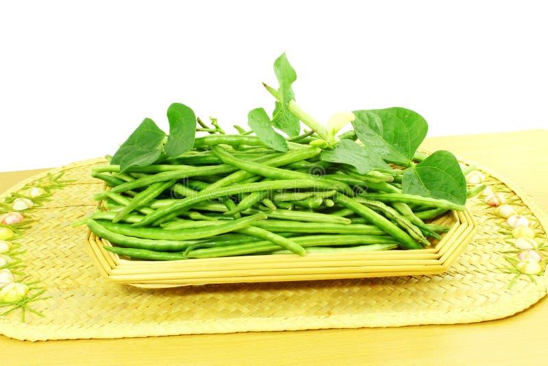 绿色新鲜的黑眼睛豌豆豆在白色背景中 库存照片