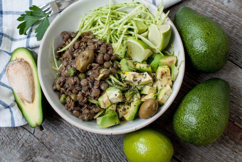 绿色未加工的素食主义者夏南瓜面团用扁豆, pesto 免版税库存图片