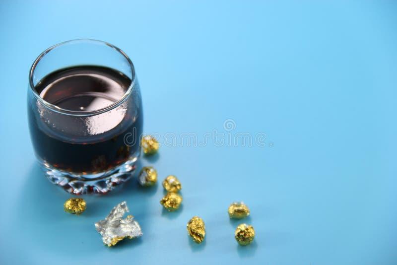Download 黑色杯子玻璃茶 库存照片. 图片 包括有 背包, 饮料, 健康, 食物, 诱饵, 绿色, 下落, 叶子, 干燥 - 62531974