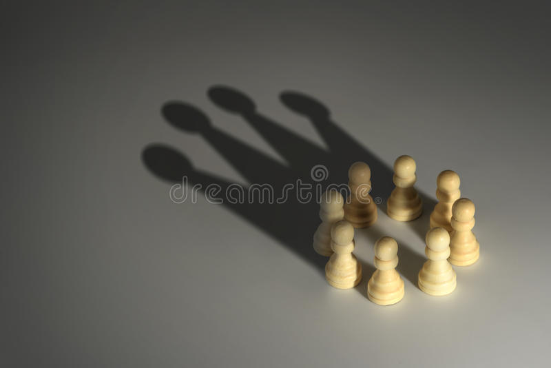 黑色棋颜色查出的典当白色 免版税库存图片