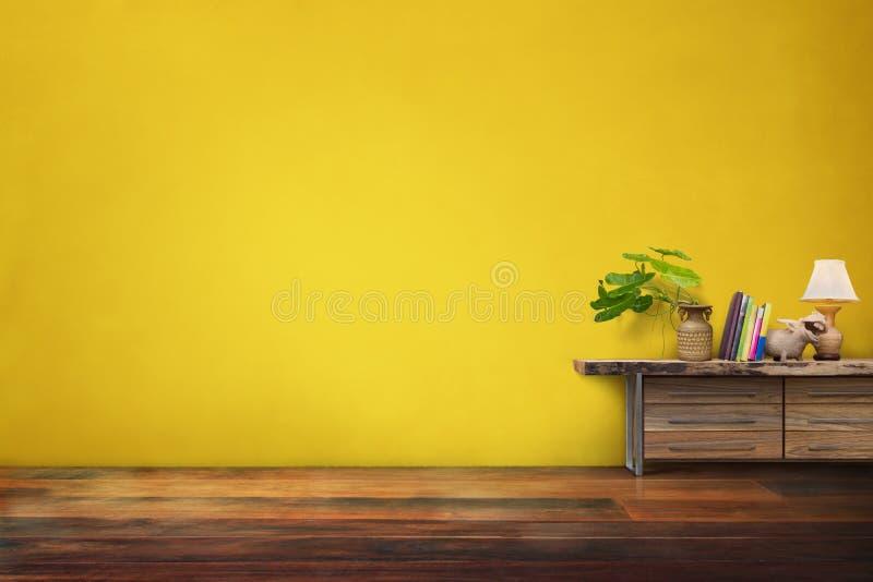 绿色植物在抽屉的瓦器花瓶木在空的黄色vinta 图库摄影