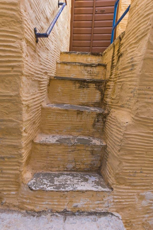 黄色楼梯在Ermopoli,锡罗斯岛,希腊老镇  库存照片