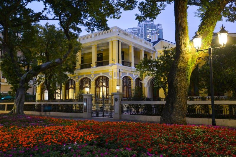黄色殖民地大厦晚上,沙面岛在广州市,广东,中国 库存照片