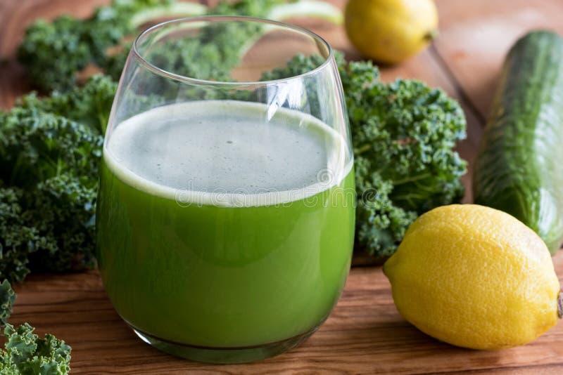 绿色汁液用无头甘蓝、黄瓜和柠檬 免版税库存照片