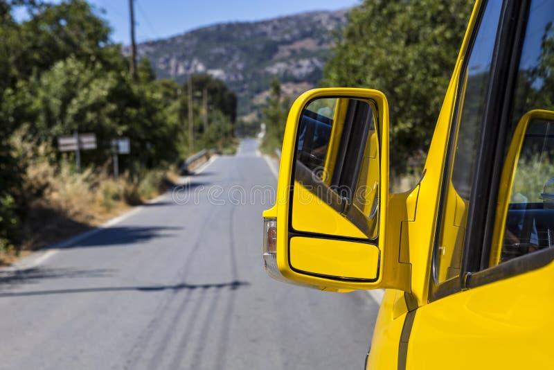 黄色汽车边镜子 免版税图库摄影