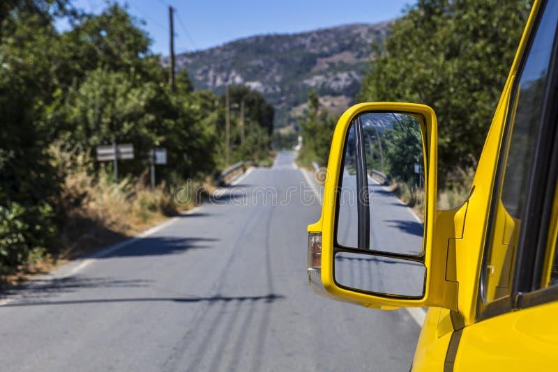 黄色汽车边镜子 库存照片