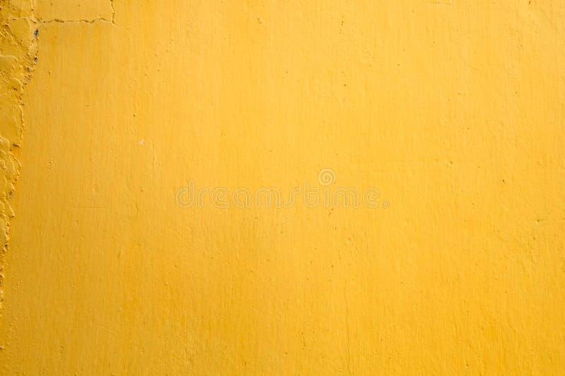 黄色油漆混凝土墙纹理背景 免版税库存图片