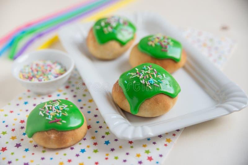 绿色油炸圈饼 库存照片