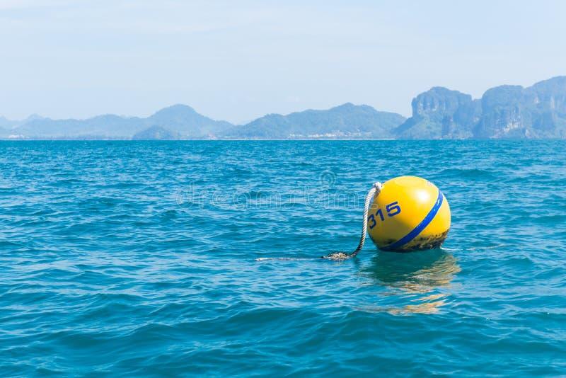 黄色浮体,安全球漂浮 免版税库存照片