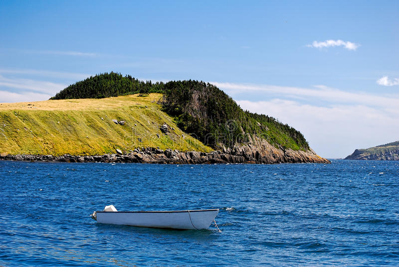 绿色海岛和小船 免版税库存照片