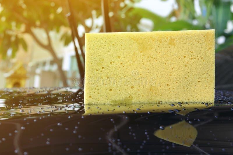黄色海绵半新车洗涤 免版税库存图片