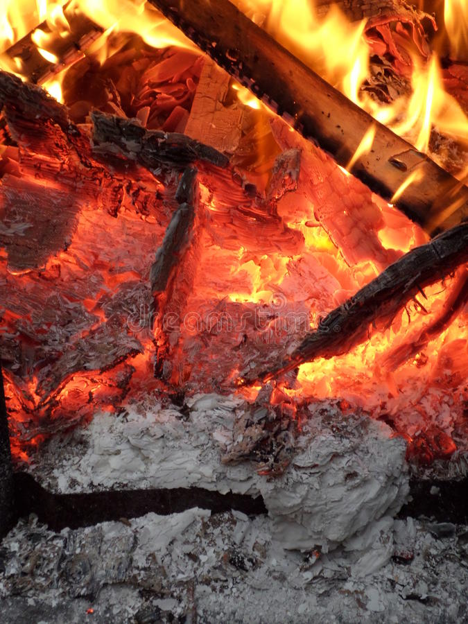 黄色火焰alloverSmouldering炽热 免版税库存照片