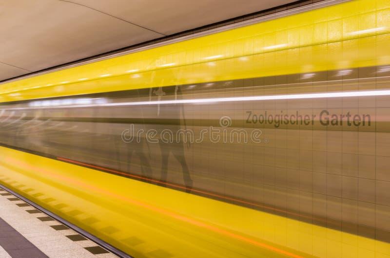 黄色火车加速 图库摄影