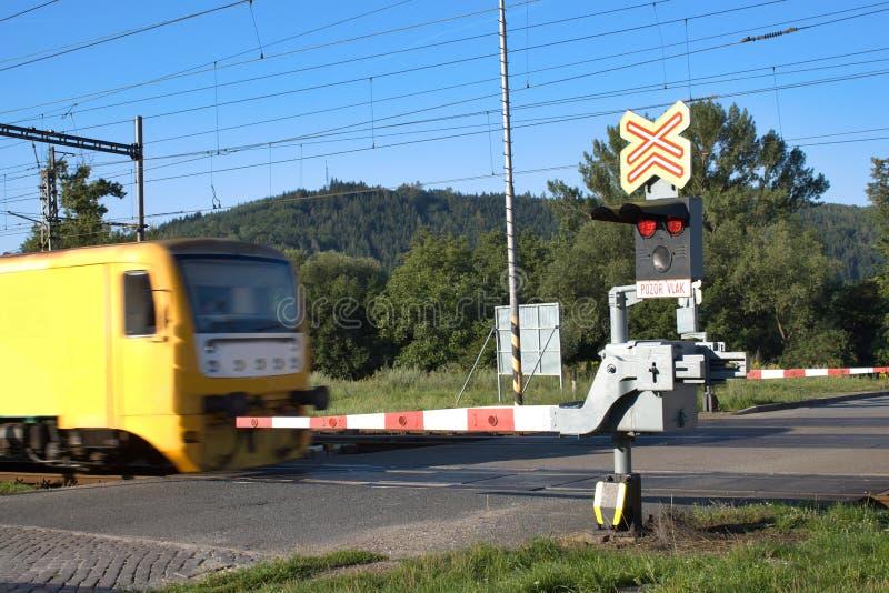黄色火车去在铁路交叉 库存图片