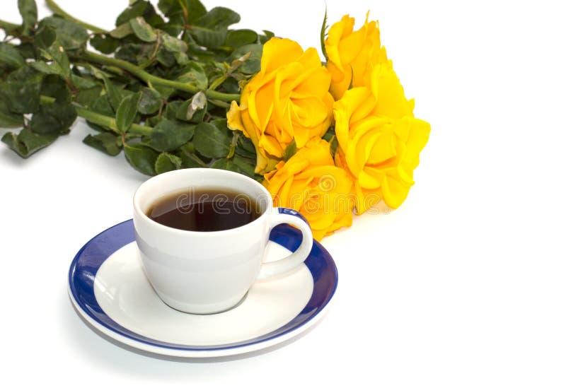 黄色玫瑰和咖啡美丽的花束,孤立 库存照片