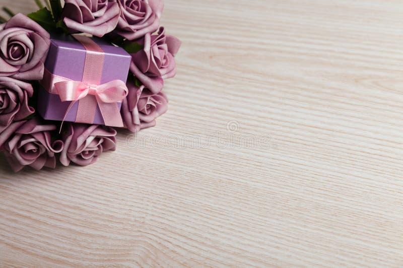 紫色玫瑰和礼物盒 免版税库存照片