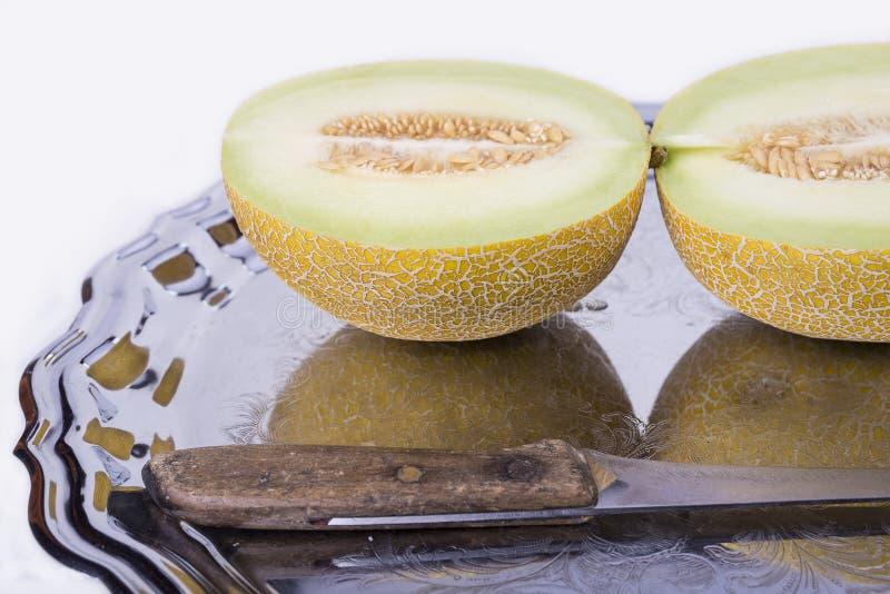 黄色瓜或甜瓜在老盘子在白色backgrou 免版税库存照片