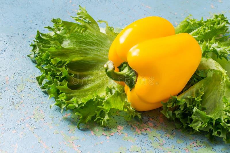黄色甜椒和莴苣 免版税库存图片