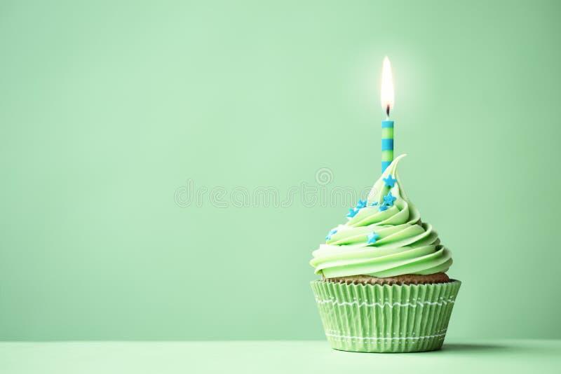 绿色生日杯形蛋糕 库存图片