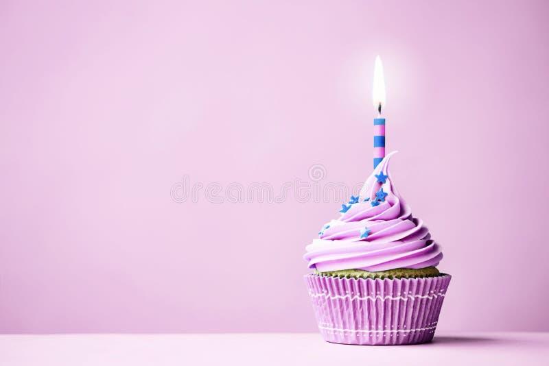 紫色生日杯形蛋糕 免版税库存图片