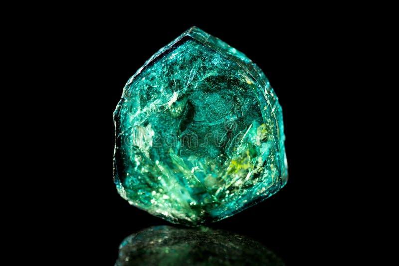 绿色电气石,黑背景,矿物,医治用的石头 库存图片