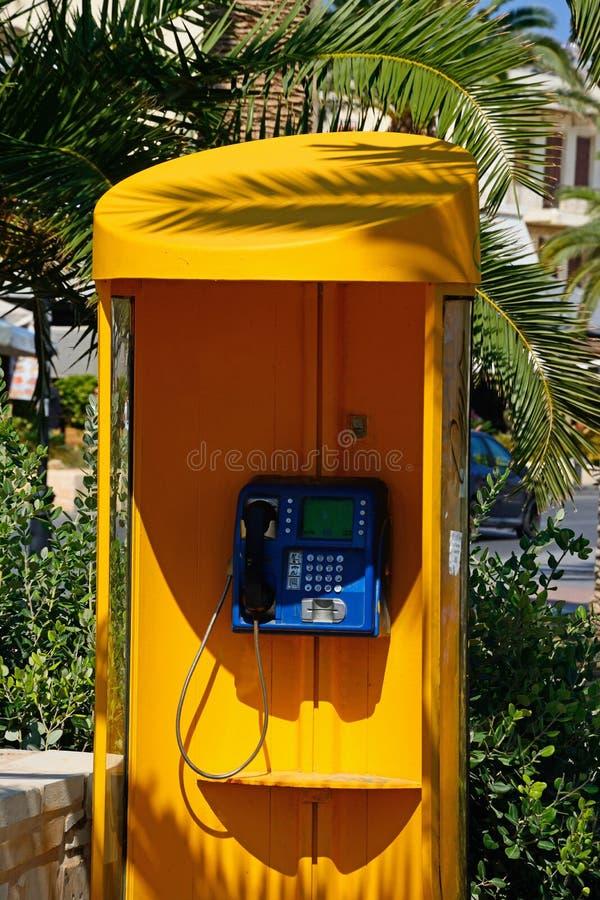 黄色电话亭,罗希姆诺 库存图片
