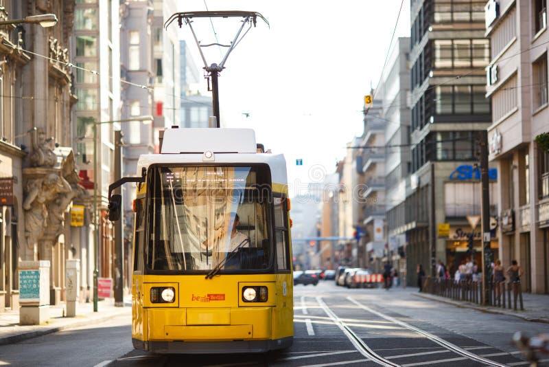 黄色电车在柏林米特区,德国 电车轨道公共交通工具 库存照片
