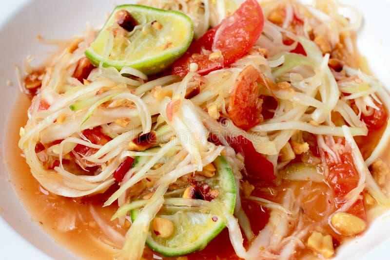 绿色番木瓜沙拉& x28; 索马里兰胃Thai& x29;在桌上 泰国烹调辣可口 免版税库存照片