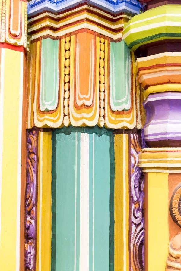 色的五颜六色的柱子印地安寺庙,泰米尔纳德邦,印度特写镜头细节  库存照片