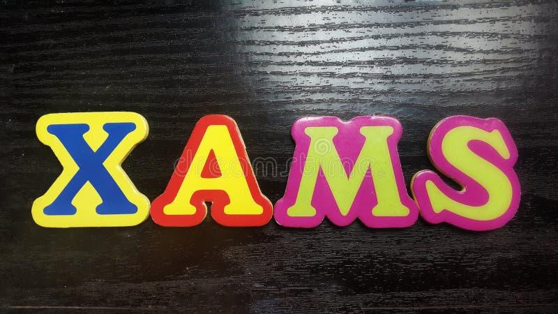 色的信件形成在黑木背景的词Xmas 库存图片