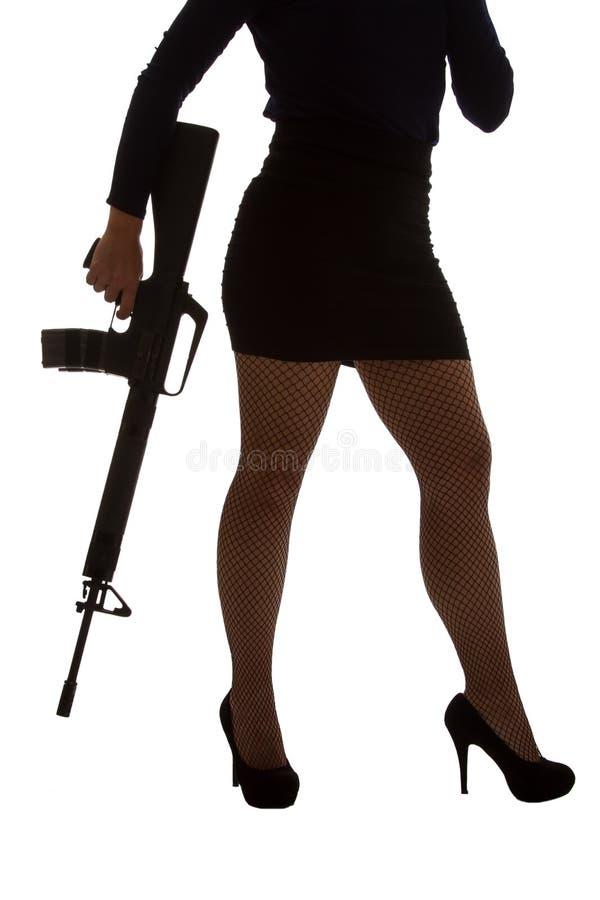 黑色的危险妇女与攻击步枪 免版税库存照片