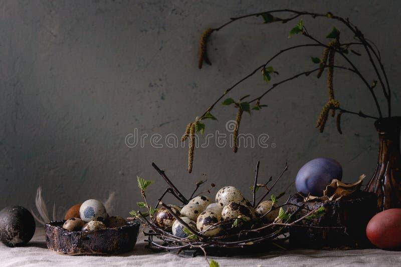 鹌鹑在巢的复活节彩蛋 免版税库存图片