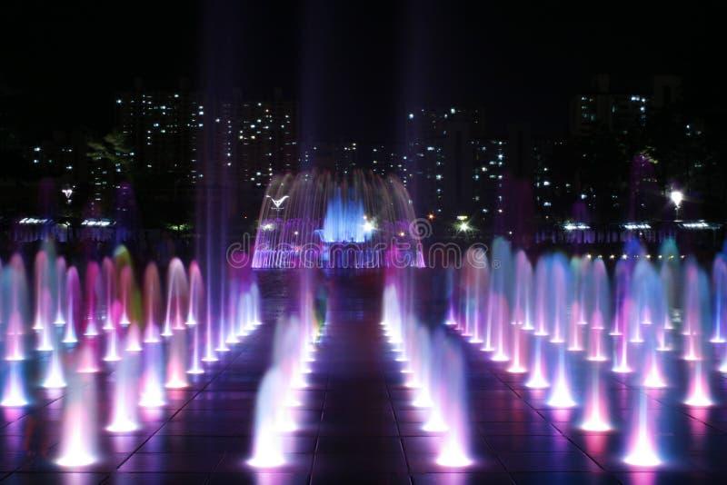 色的喷泉晚上 库存照片