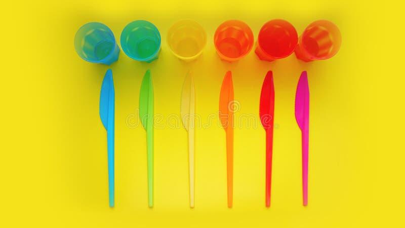 色的塑料商品 野餐的碗筷由色的塑料制成 免版税库存照片