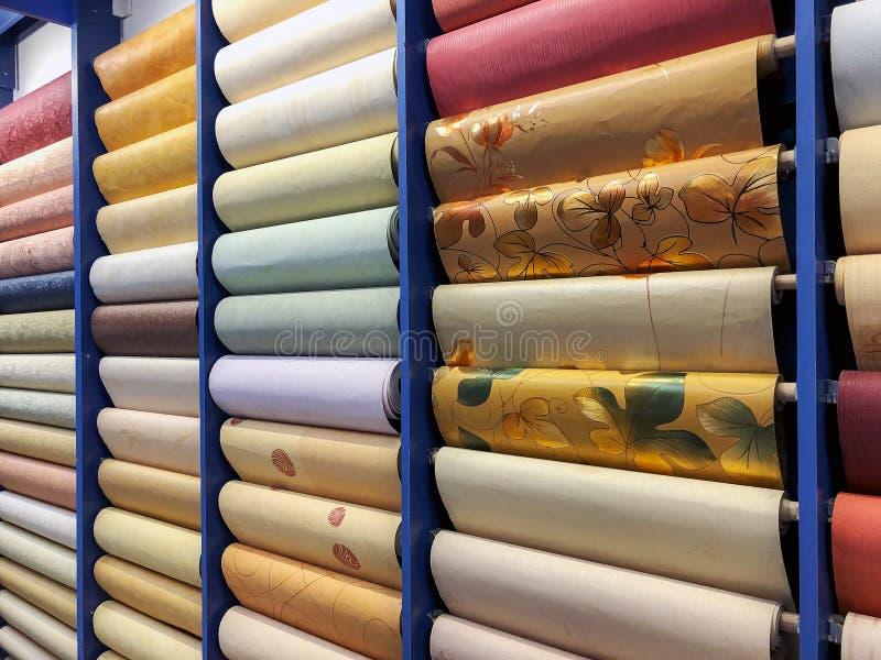 色的墙纸在货架滚动 修理的纸材料 库存照片