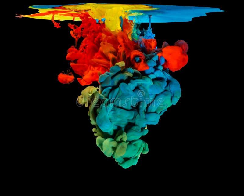 色的墨水在创造抽象形状的水中 库存照片