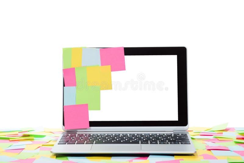 色的备忘录坚持一个空白的膝上型计算机屏幕 免版税库存照片