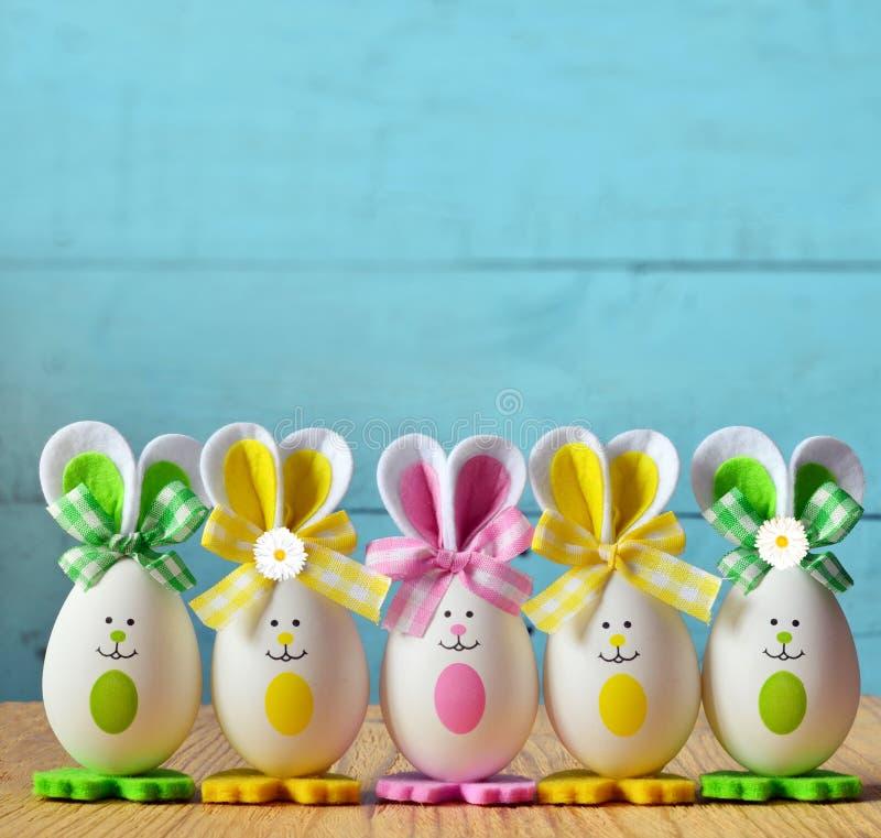 色的复活节彩蛋兔宝宝 愉快的复活节 库存照片