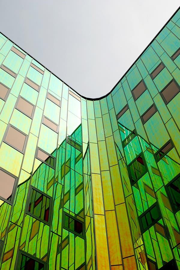 色的大厦装备了现代办公室反射的墙&# 免版税库存图片