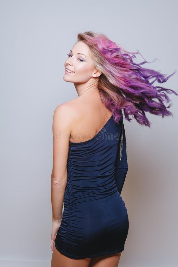 色的头发 微笑的妇女画象有飞行头发的 Ombre 梯度 库存照片