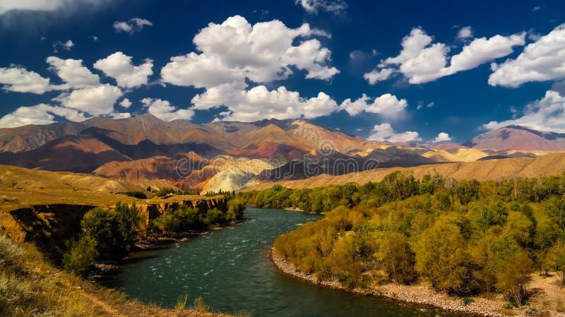 色的山风景在Kokemeren河, Djumgal,吉尔吉斯斯坦附近的 免版税库存图片