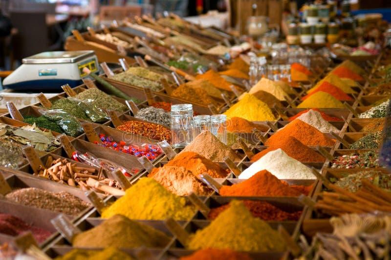 色的市场香料 免版税库存图片