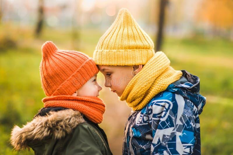 色的帽子的两个男孩站立在彼此对面 库存照片