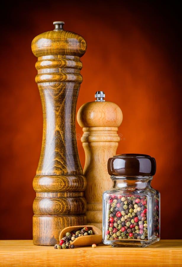 色的干胡椒和胡椒磨房研磨机 库存照片