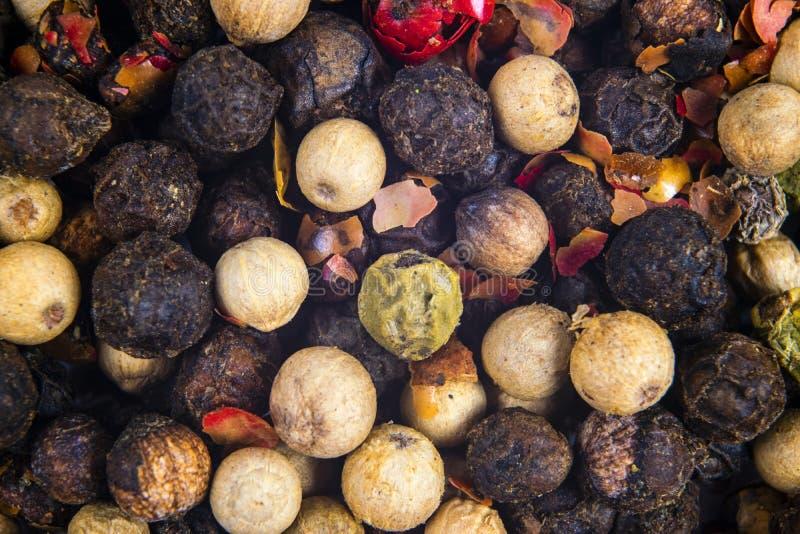 色的干胡椒混合  红色,黑,白色和青椒关闭 r 香料纹理混合特写镜头 黑胡椒, 库存图片