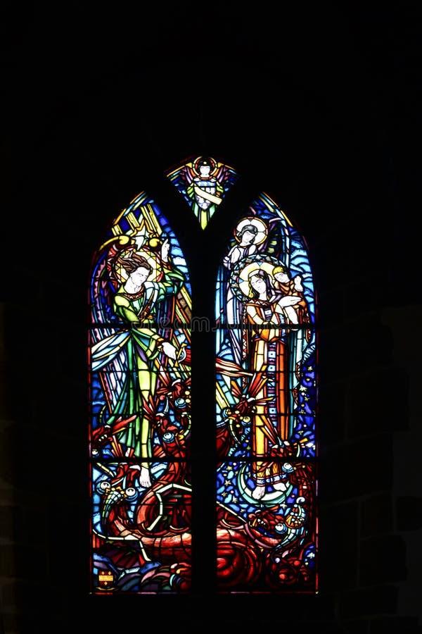 色的教会与教母和天使的彩色玻璃 库存图片