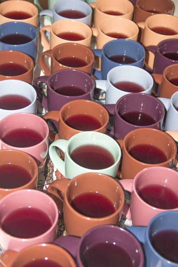 色的杯子 套五颜六色的杯子特写镜头 咖啡杯背景 库存照片